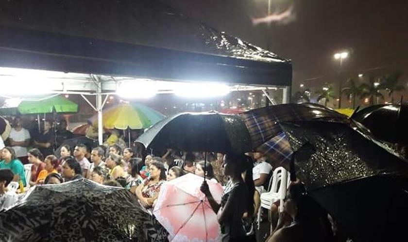 Igreja em Praia Grande foi destruída por temporal faz culto embaixo de chuva (Foto: Arquivo Pessoal/Wellington Souza)