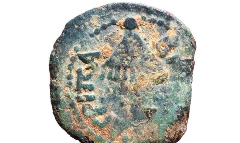 """Antiga moeda com a inscrição """"Rei Agripa"""" encontrada em Shiloh. (Foto: Repdorução/ COGAT)"""