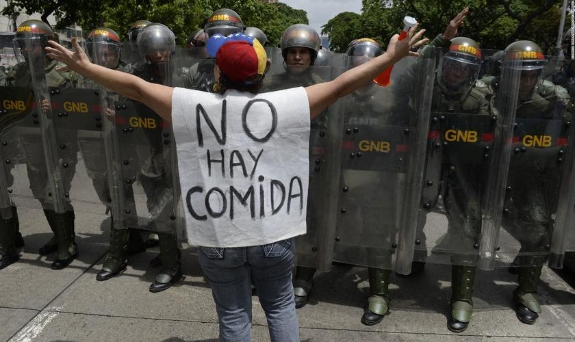 Mulher protesta contra escassez de alimentos que atinge a Venezuela, em 2016. (Foto: Frederico Parra/AFP/Getty Images)