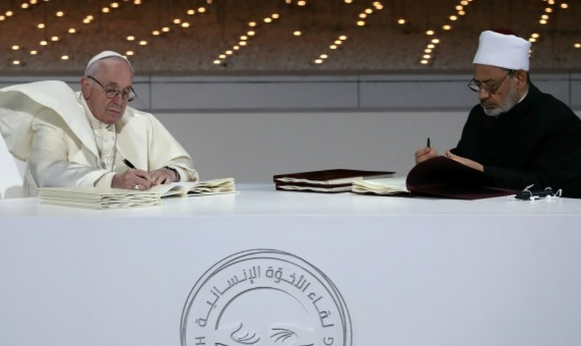 "O Papa Francisco e o Grande Imã de al-Azhar, o xeque Ahmed al-Tayeb, assinaram ""pacto inter-religioso"". (Foto: Tony Gentile/Reuters)"