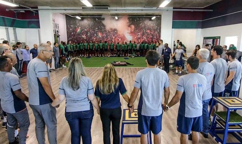 Fluminense faz círculo de oração pelas vítimas do incêndio no CT do Flamengo. (Foto: Twitter/Esporte Interativo)