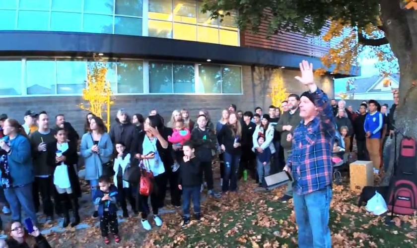 Pastor faz cultos em frente à clínica de aborto Planned Parenthood, em Washington. (Foto: Reprodução/Facebook)