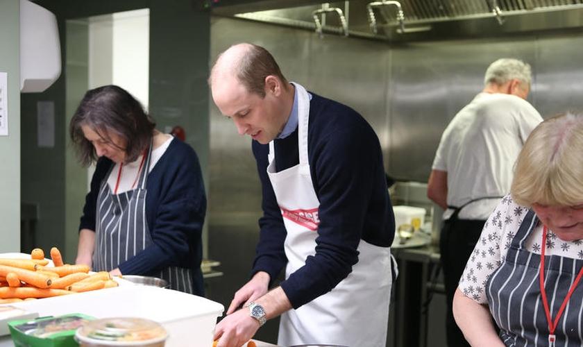 Príncipe William prepara almoço na instituição A Passagem, que apoia sem-teto em Londres. (Foto: Divulgação/Premier)