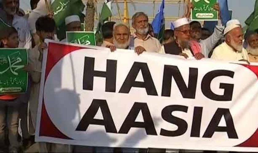 Islâmicos em protesto para exigir a execução da cristã Asia Bibi no Paquistão, em 4 de novembro de 2018. (Foto: Reprodução/YouTube)