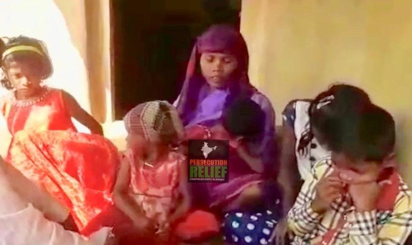 Mulher e filhos de Anant Ram Gand, que foi decapitado por ter se convertido ao cristianismo. (Foto: Divulgação/Persecution Relief)