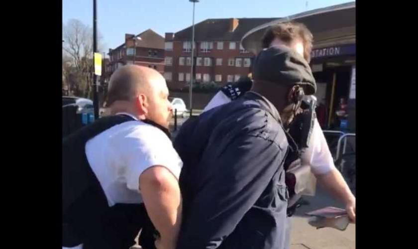 Pregador cristão preso por pregar a palavra de Deus na porta do metrô de Londres. (Foto: Reprodução/Twitter)