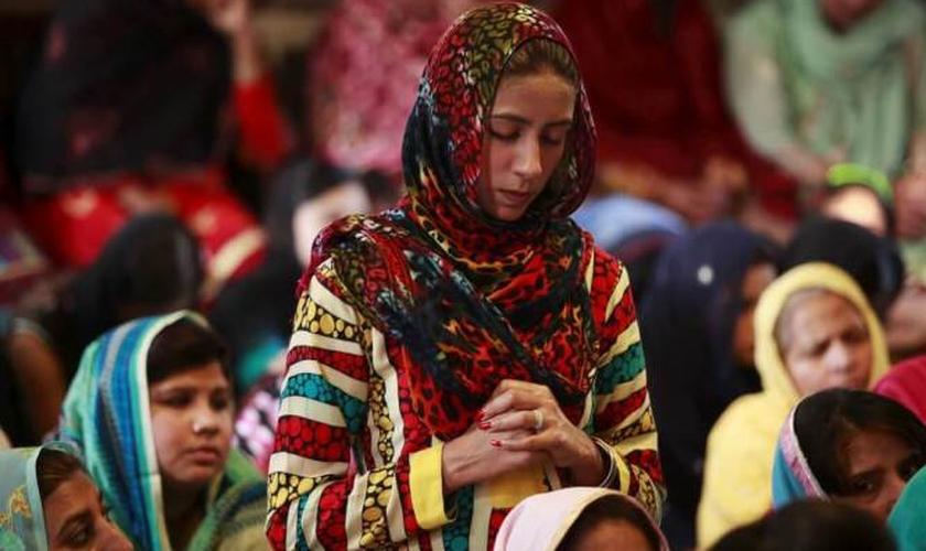 Cristãos participam de uma oração no Paquistão. (Foto: Mohsin Raza/Reuters)