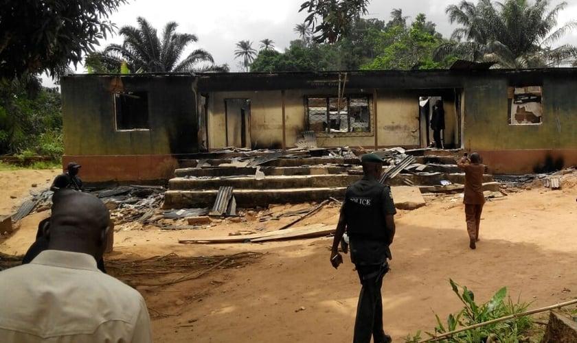 Casa incendiada por militantes Fulani na Nigéria em abril de 2016. (Foto: Reprodução/UReports)