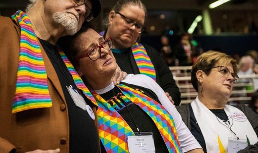 Decepção estampa semblante dos que apoiam o casamento gay na igreja Metodista Unida americana que votou contra a união. (Foto: Sid Hastings/AP)