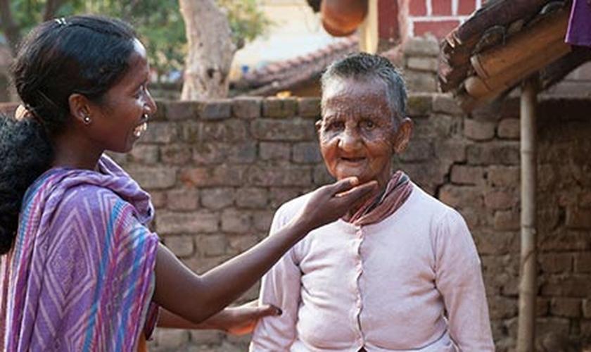 Quando Sakshi era apenas uma adolescente, descobriu que tinha lepra, hoje missionária ajuda doentes a suportar a enfermidade. (Foto: Reprodução/GFA)