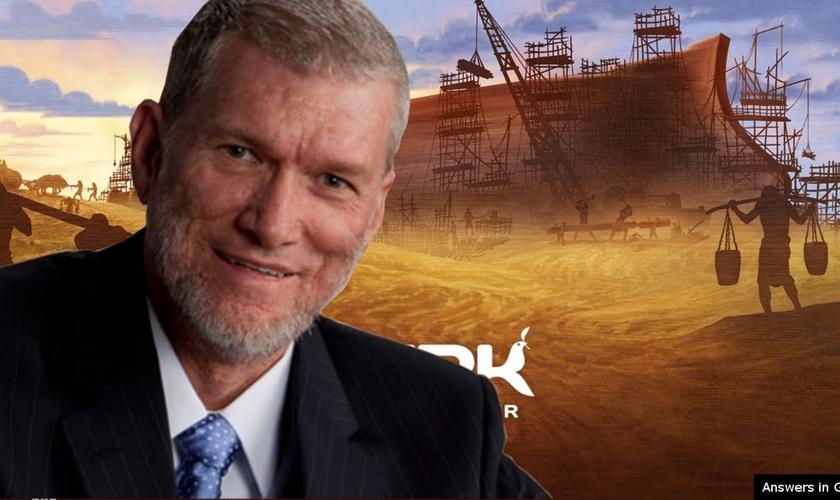 Ken Ham e ao fundo réplica em tamanho natural da Arca da Aliança. (Foto: Reprodução/YouTube)