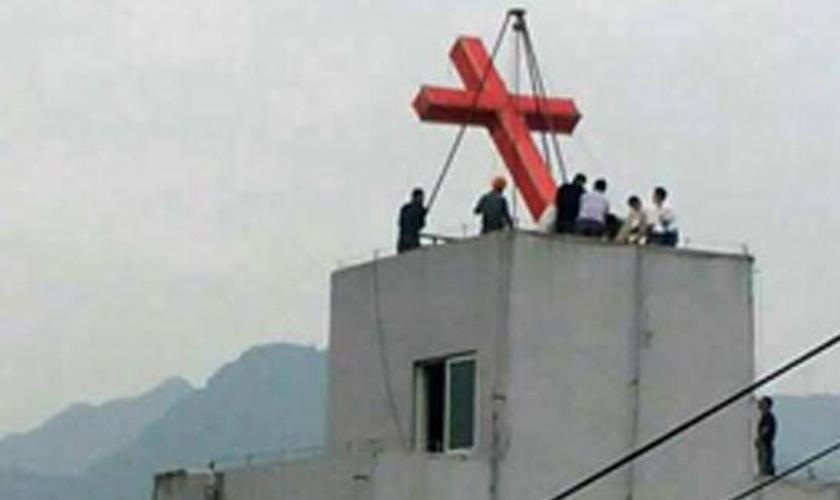 Cruz sendo retirada do topo do prédio da Igreja Cristã de Chengdong (Foto: Reprodução/ChinaAid)