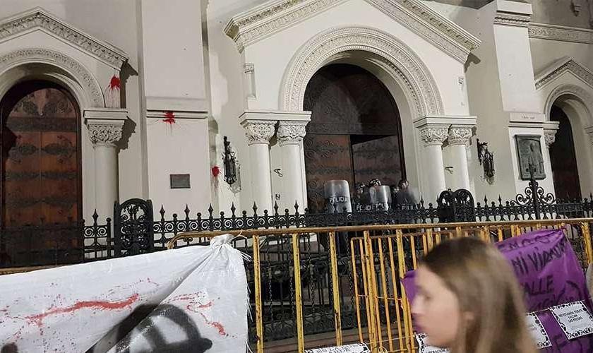 Projéteis de tinta foram lançados por feministas contra a Iglesia del Cordón no Uruguai. (Foto: Igreja Católica de Montevidéu)