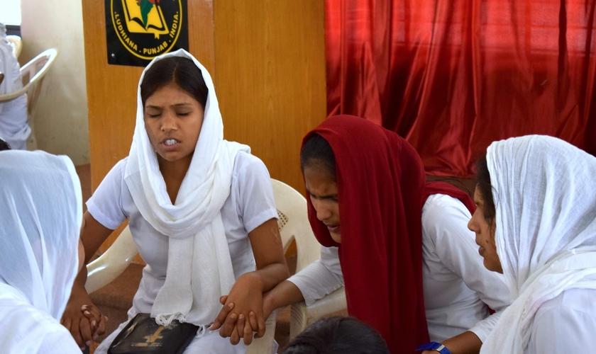 Mulheres cristãs oram a Deus por causa de perseguição na Índia. (Foto: Reprodução/Índia Gospel)