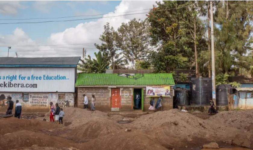Igreja do Milagre de Cristo em prédio originalmente construído como um banheiro público, em Kibera, Quênia. (Foto: Divulgação/Peter DiCampo)