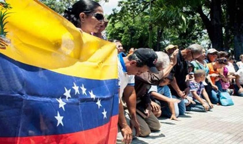 Cristãos evangélicos venezuelanos oram pelo seu país. (Foto: Divulgação/ED)