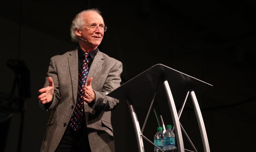 O pastor observa que muitos cristãos vivem sua fé apenas no contexto da igreja. (Foto: Desiring God)