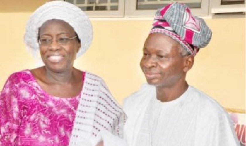 Comfort e seu marido com a filha Ayobami. (Foto: Reprodução/Daily Trust)
