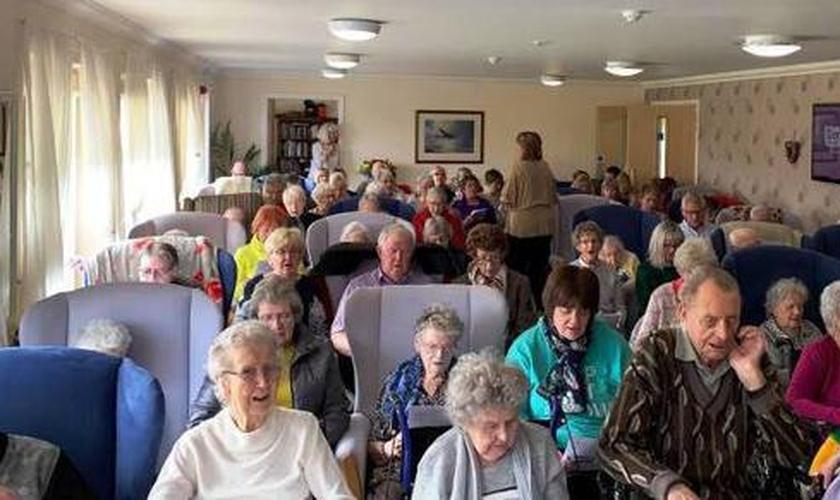 Sala de cinema de casa de repouso vira espaço de culto para idosos e seus familiares. (Foto: Reprodução/Facebook)