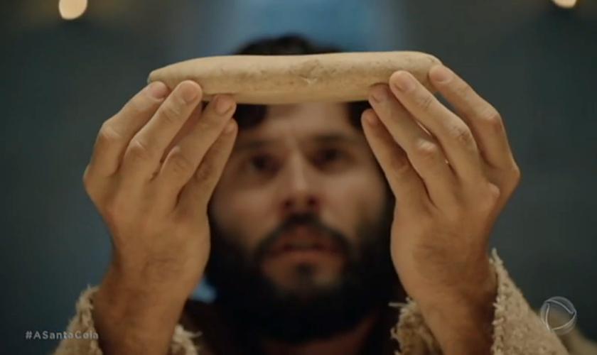 O ator Dudu Azevedo, que interpreta Jesus na trama, encenando a Santa Ceia. (Foto: Reprodução/Record)