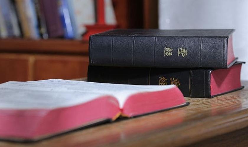 A pessoa que tem Bíblia é alvo de perseguição na China. (Foto: Divulgação/Bitter Winter)