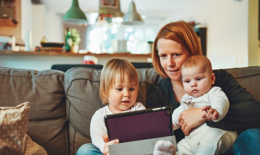 Mães são principais influenciadoras espirituais dos filhos. (Foto: Alexander Dummer/Unsplash)