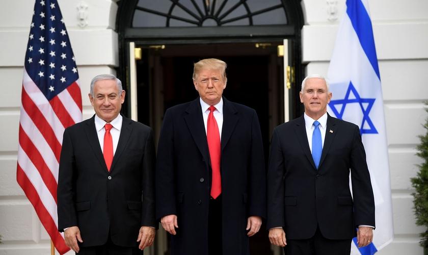 Premiê israelense, Benjamin Netanyahu, presidente dos EUA, Donald Trump e o vice Mike Pence em Washington. (Foto: Saul Loeb/AFP)