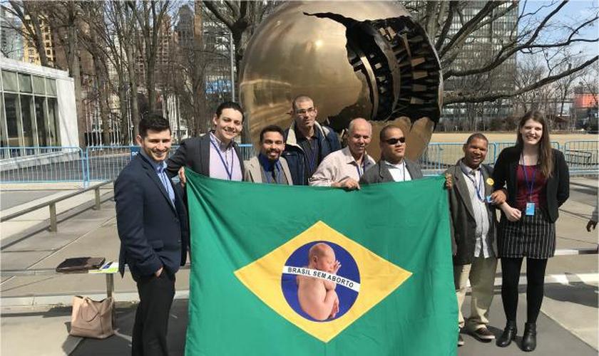 Participantes e apoiadores da Campanha Pró-Vida, segurando bandeira pró-vida do Brasil nas Nações Unidas. (Foto: Reprodução/LN)