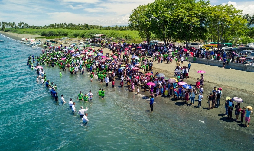 Pessoas sendo batizadas na Ilha Mindoro, nas Filipinas, em 2017. Cerca de 1.400 pessoas foram batizadas após reuniões evangelísticas, que precedem uma campanha nacional em 2018. (Foto: Nick Knecht/AWR)