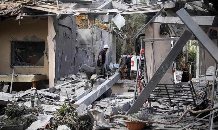 Casa em Moshav Mishmeret, no centro de Israel, atingida por um foguete disparado da Faixa de Gaza em 25 de março de 2019. (Foto: Noam Revkin Fenton/Flash90)