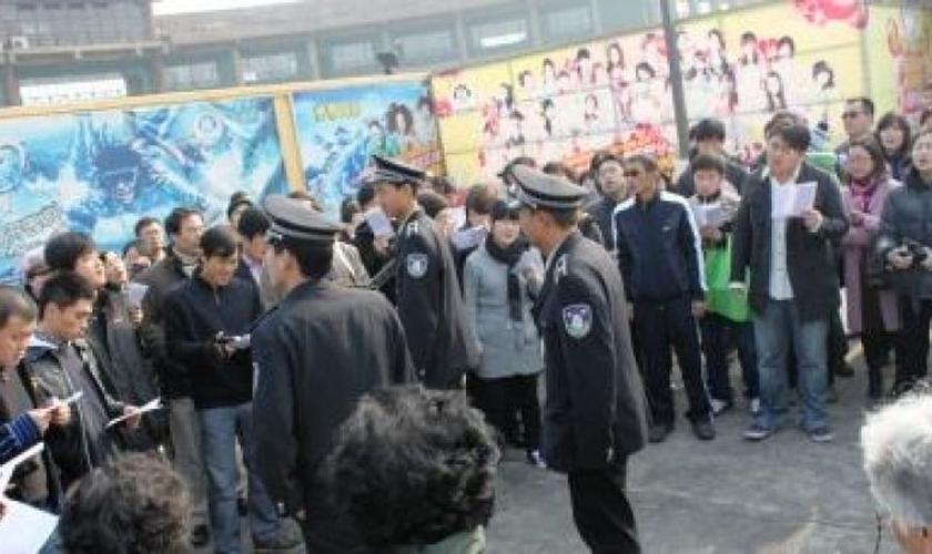 Crentes são impedidos de entrar na igreja que teve fechaduras trocadas pelas autoridades chinesas. (Foto: Reprodução/Asia News)