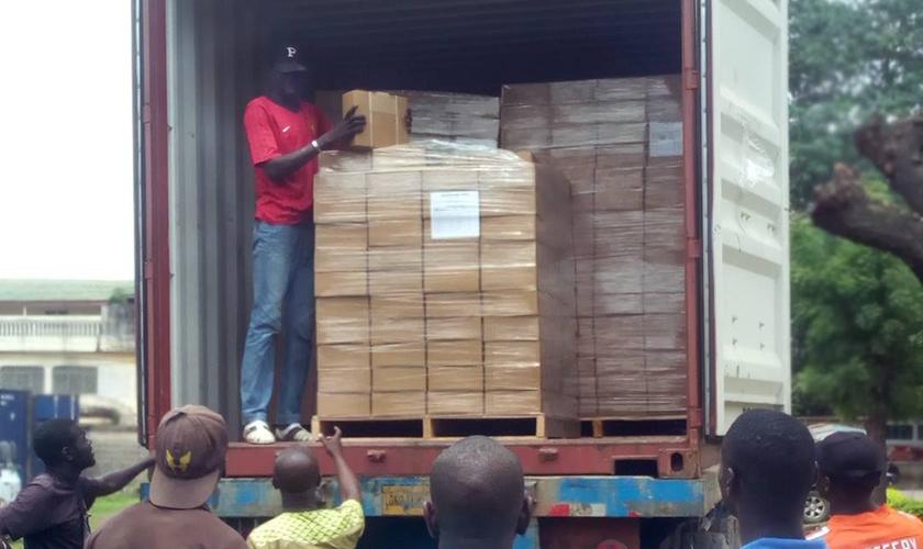 Remessa de material evangelístico sendo distribuído em países de maioria muçulmana. (Foto: Reprodução/Christian News)
