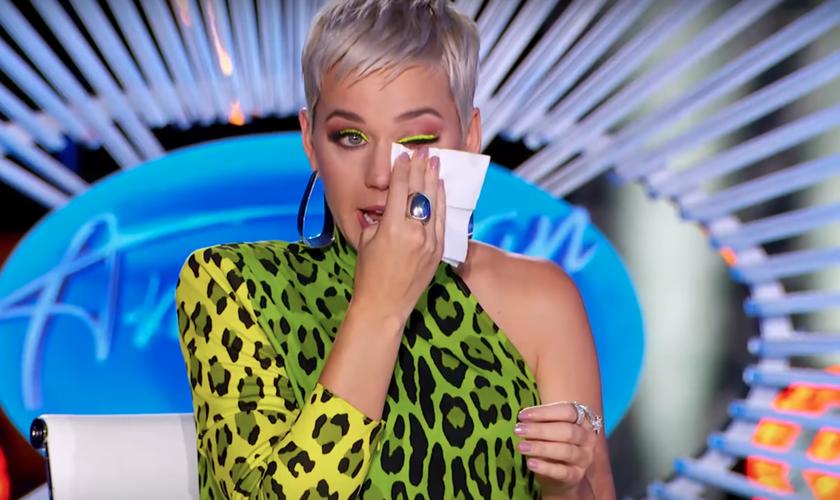 """Katy Perry se emocionou com a história de uma das participantes do """"American Idol"""". (Foto: Reprodução/YouTube)"""