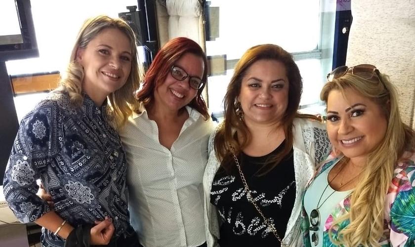 Vanessa Martinazzo, Adriana Bernardo, Cíntia Beltrame e Sandra Lima debatem o papel da mulher nos dias atuais, na Melodia FM. (Foto: Divulgação/Assessoria Sandra Lima)