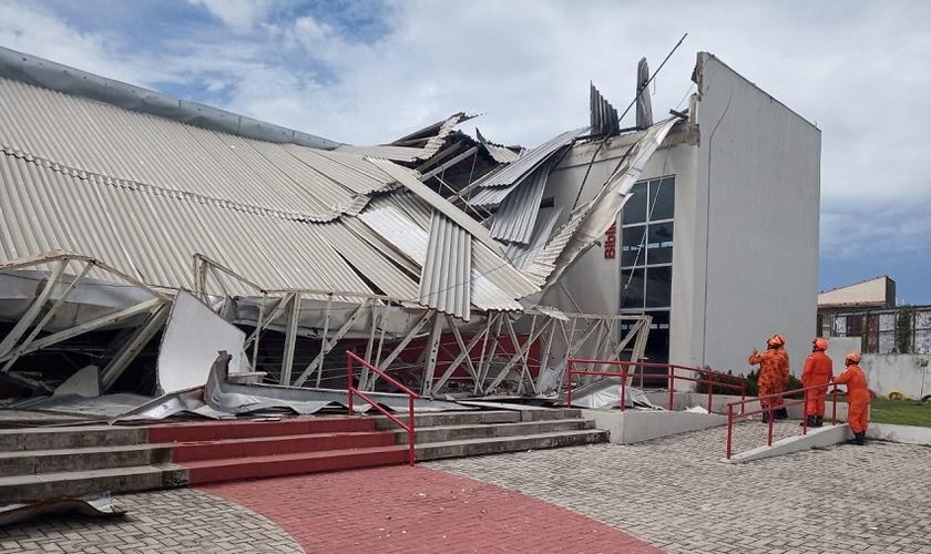 Cerca de 90 alunos estavam no auditório da escola em um grupo de oração. (Foto: Reprodução/Tribuna do Ceará)