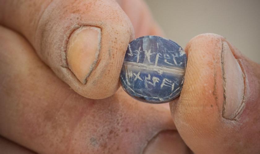 O selo Natan-Melech e Eved Hamelech encontrado em escavações feitas na Cidade de Davi. (Foto: Eliyahu Yanai/Cidade de David)