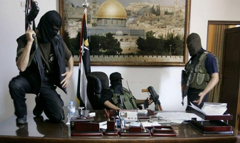 Integrantes do Hamas tomam o escritório do presidente palestino Mahmoud Abbas, em 2007 (Foto: Reprodução/AP)
