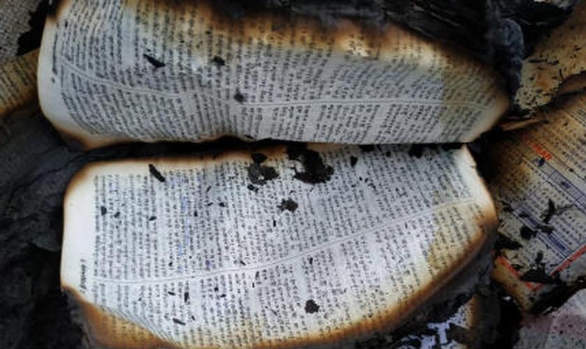 Bíblia queimada por radicais hindus na Índia. (Foto: Reprodução/CWS)