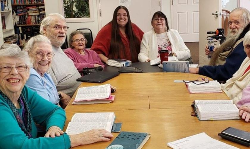 Jessica Arnold (de suéter vermelho) realiza um estudo bíblico semanal no lar de idosos. (Foto: AG News)