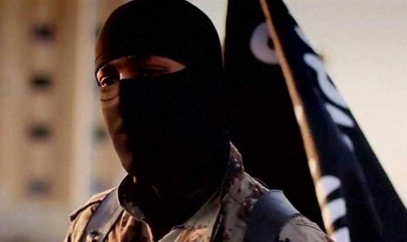 Homem mascarado em vídeo divulgado por militantes do Estado Islâmico em 2014. (Foto: Reuters/FBI)