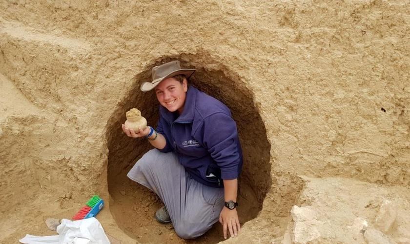 Arqueólogo segura objeto de 2.000 anos descoberto na escavação. (Foto: Divulgação/Autoridade de Antiguidades de Israel)