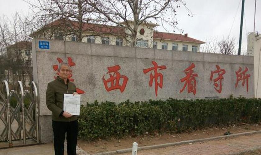 Pastor Zhou Dixian mostra o certificado de libertação após sair de um centro de detenção chinês. (Foto: Reprodução/ChinaAid)