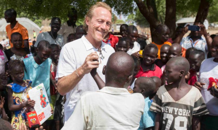 Jerome Flynn encontra crianças marcadas pela brutal guerra civil do Sudão do Sul. (Foto: Reprodução/World Vision)