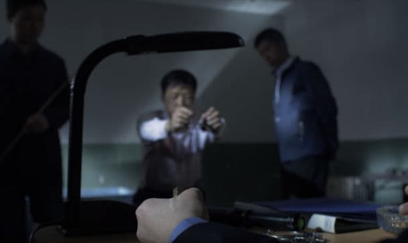 Homem sendo torturado na China. (Foto: An Xin/Bitter Winter)