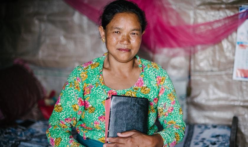 Hasmita e sua Bíblia: Vida nova com Jesus. (Foto: Reprodução/TTI)