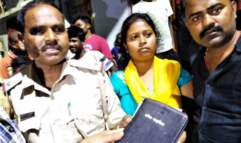 Os aldeões entregam a Bíblia à polícia em Lalpur como evidência contra os cristãos de Jharkhand, na Índia. (Foto: Reprodução/Star Morning News)