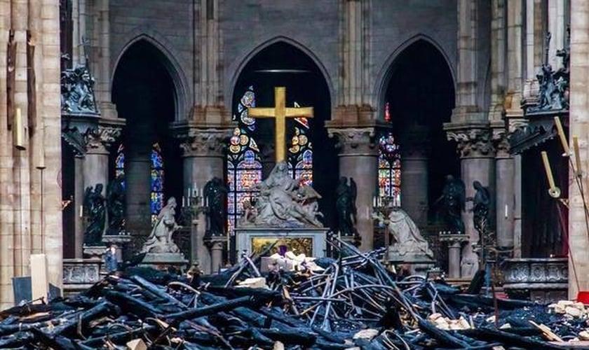 Vista do interior da Catedral de Notre-Dame, em Paris, após incêndio. (Foto: EPA, via ANSA)