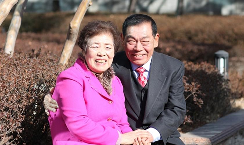 Casal conheceu Jesus durante viagem à Coreia do Sul, quando visitaram o filho. (Foto: Reprodução/Manmim)
