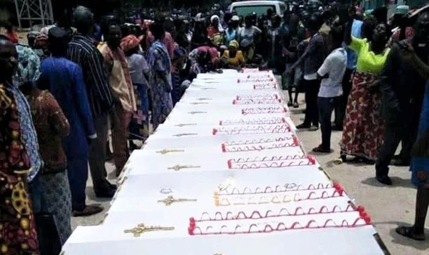 Caixões no funeral de cristãos mortos na aldeia de Konshu-Numa, no domingo, 14 de abril de 2019. (Foto: Reprodução/Morning Star News)