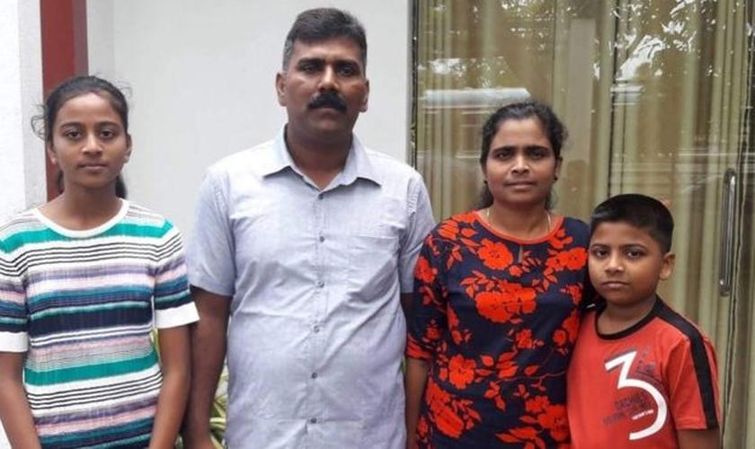 Ramesh Raju ao lado de sua família; ele impediu que um homem com uma mochila entrasse na igreja de Sião cheia de fiéis. (Foto: Reprodução/BBC)